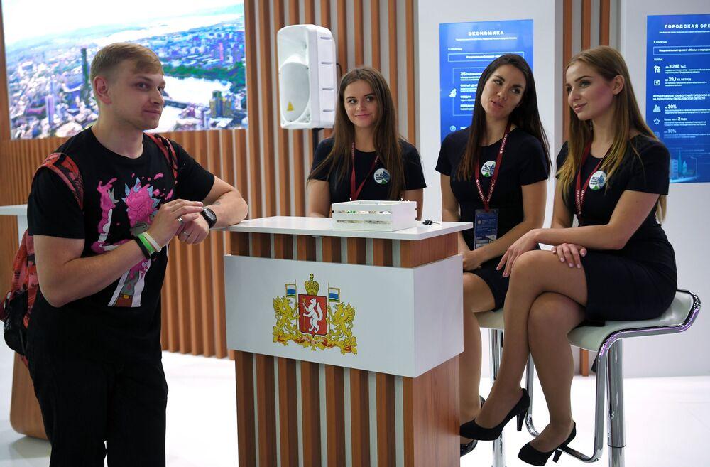 Bugün ExpoForum Toplantı ve Sergi Merkezi'nde başlayan SPIEF 2019'un  katılımcıları.