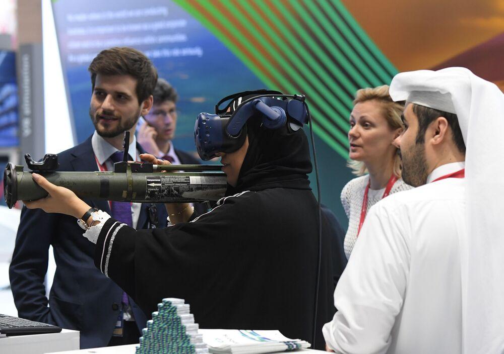 23. Uluslararası Ekonomi Forumu (SPIEF 2019) ziyaretçisi, HTC Vive VR tipi sanal gerçeklik başlığını test ediyor.