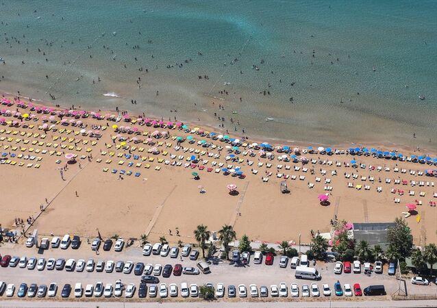 Ramazan Bayramı tatilini tamamlayanların dönmeye başlamasına rağmen, Antalya'daki sahillerde yoğunluk devam ediyor. Yerli ve yabancı turistler, denize girdi, kumsalda güneşlendi. Bazı tatilciler de tekneyle tura çıkarak, kentin temizliği ve doğal güzelliğiyle büyüleyen koylarını gezdi.
