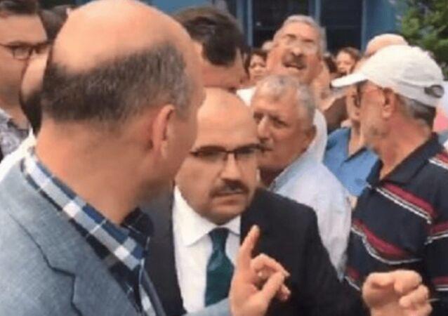 İçişleri Bakanı Süleyman Soylu'ya Trabzon Havalimanı'nda Akıllı ol diye seslenen Mehmet Ali Sivaz, hakkında çıkarılan terör örgütleriyle ilişkili iddialarını yalanladı. Sivas, Geçmişte AK Parti'ye oy verdim. Kendisiyle tokalaşan bir insanım. Kendisinin bana mesaj atmışlığı bile oldu dedi.