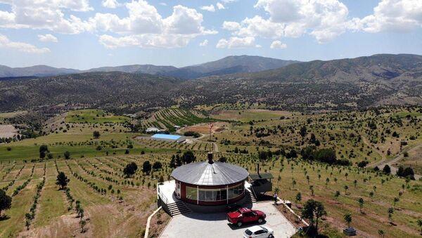 Erzincanlı iş insanı Yavuz Peker, arazilerini gören tepeye 360 derece dönen ev inşa etti.  - Sputnik Türkiye
