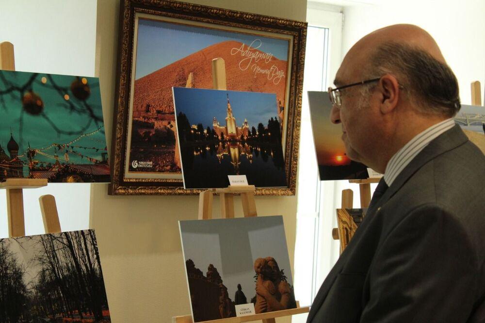 Türkiye'nin Moskova Büyükelçisi Mehmet Samsar, 4 Haziran'da düzenlenen serginin açılış töreninde.