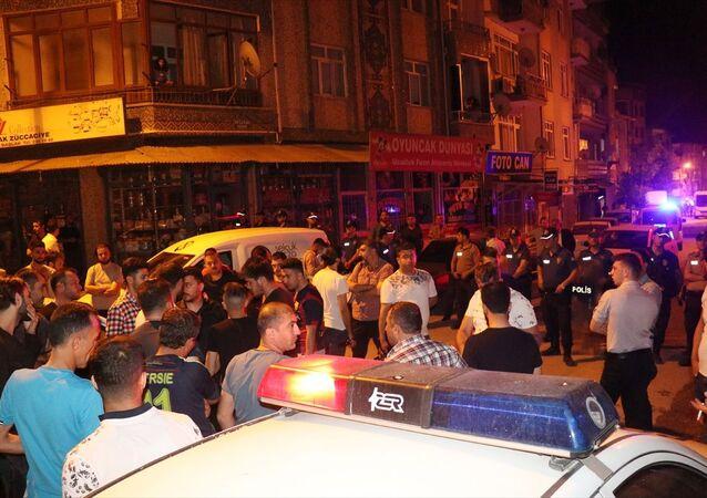 Elazığ'da, bir esnafın Suriyeliler tarafından darbedildiği iddiaları üzerine, mahalleli ile Suriyeliler arasında çıkan kavgada iki Suriyeli yaralandı.