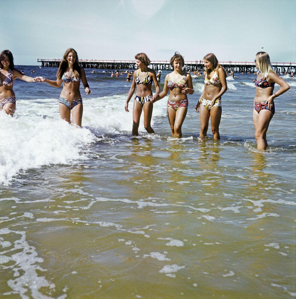Litvanya kıyılarında Baltık Denizi sularının tadını çıkaran genç kızlar, 1980.