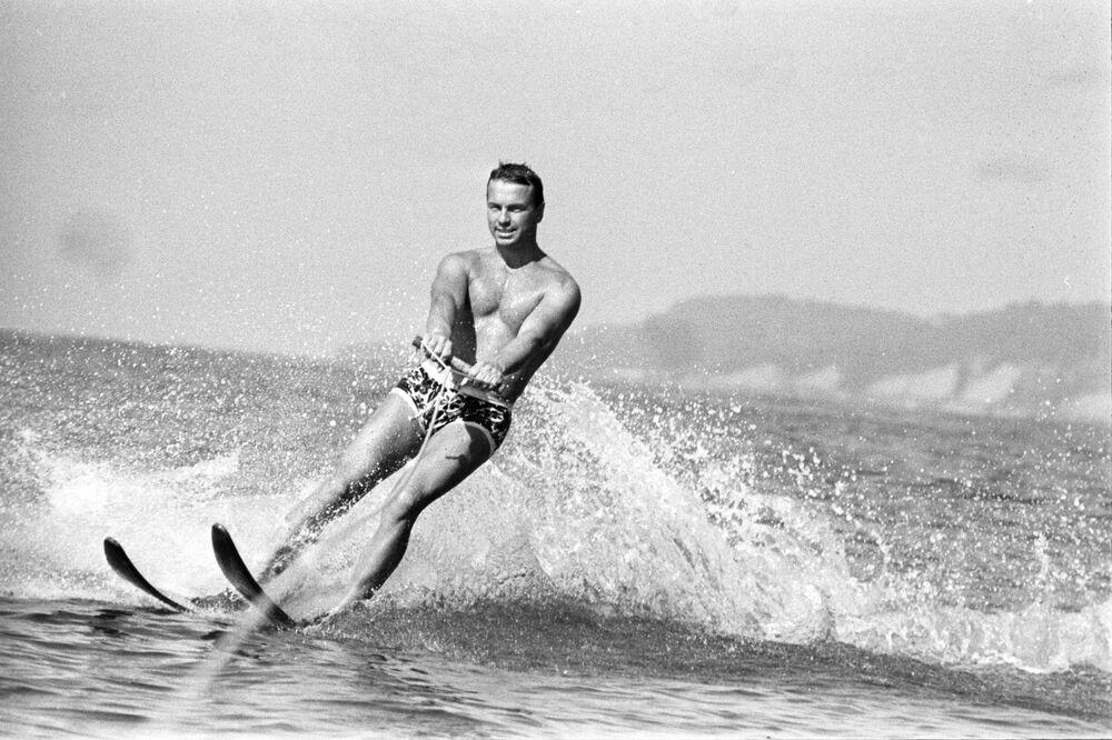 Adler sularında su kayağı yapan bir adam, 1971.
