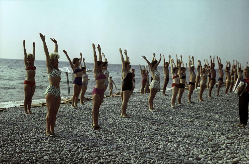 Tuapse sahillerinde jimnastik yapan vatandaşlar, Krasnodar Krayı, 1963.