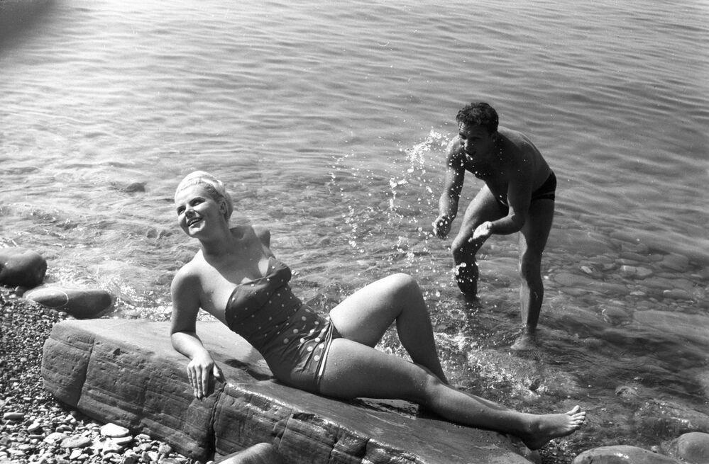 Soçi kıyılarındaki tatil köylerinin sahilinde yazın tadını çıkartan vatandaşlar, 1966.