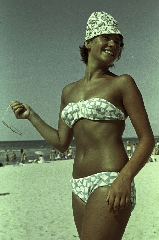 Palanga sahillerinde tatil yapan bir öğrenci olan Regina Marinaite, 1964.