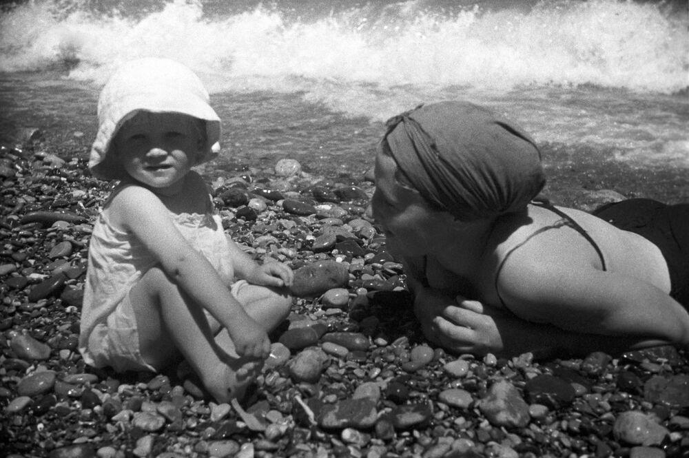 Yalta kıyılarında dinlenen vatandaşlar, 1939.