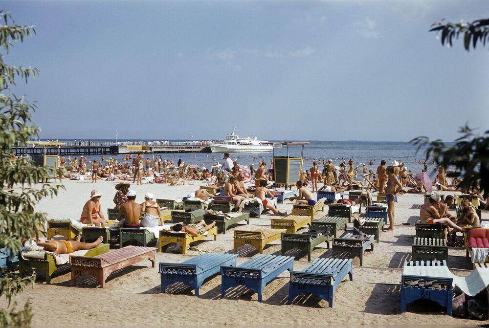 Odessa'daki Luzanovka sahillerinde güneşlenen vatandaşlar, Ukrayna, 1980.