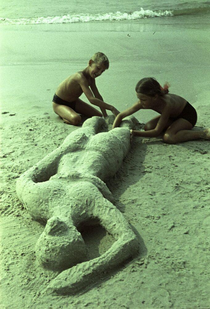 """""""İşte annem böyle güneşleniyor"""", Palanga sahilleri, 1964."""