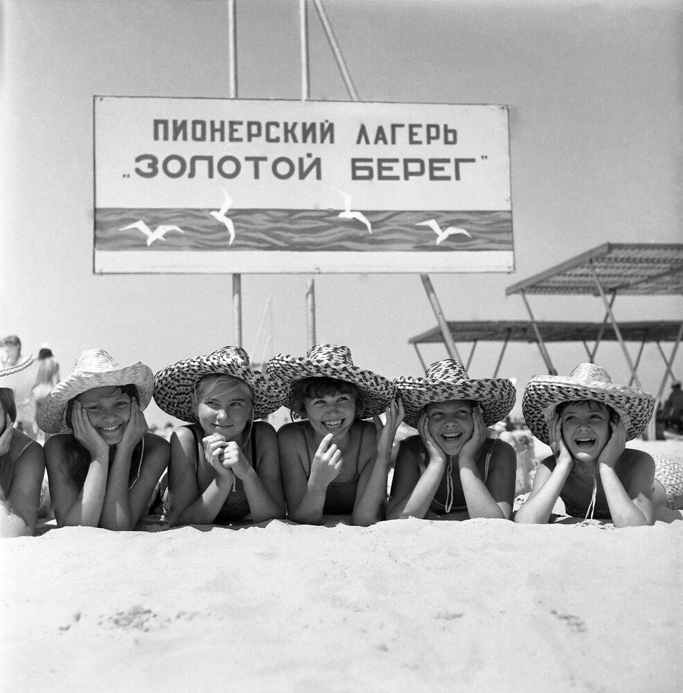 Anapa'nın Altın kıyılarındaki çocuk kampı, 1971.