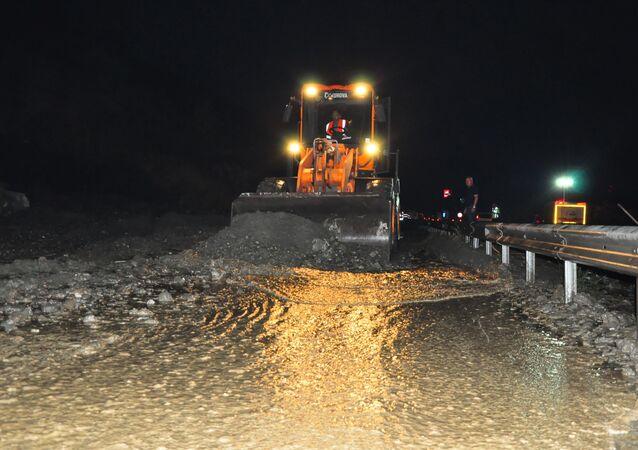 İzmir-Manisa yolu heyelan nedeniyle ulaşıma kapandı
