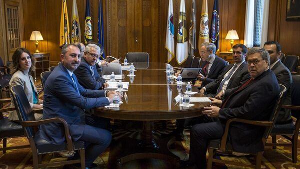 ABD temasları kapsamında Washington'da bulunan Adalet Bakanı Abdulhamit Gül (solda), ABD'li mevkidaşı William Barr (sağda) ile bir araya geldi. - Sputnik Türkiye