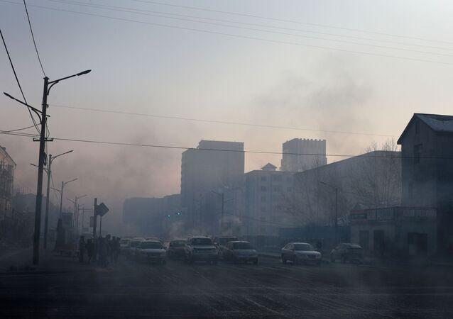 Moğolistan, dünyada en kirli havaya sahip ülkelerden biri. Dünya Sağlık Örgütü'nün (DSÖ) yayımladığı rapora göre, Moğolistan'da hava kirliliği belirlenen güvenli sınırdan 133 kat fazla.