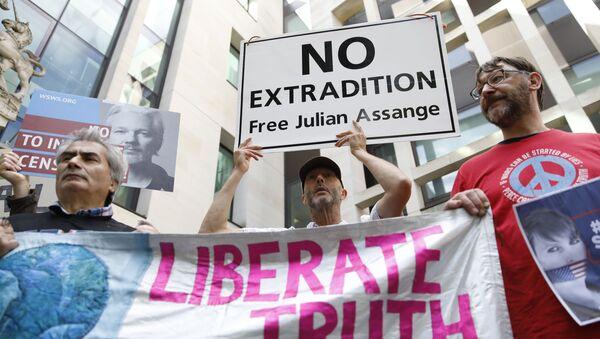 Julian Assange'ın yargılandığı mahkemenin önünde eylem - Sputnik Türkiye