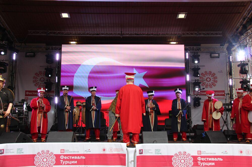 Moskova'daki Türkiye Festivali kapsamında sahne alan Mehter Takımı'nın gösterisinden bir kare.