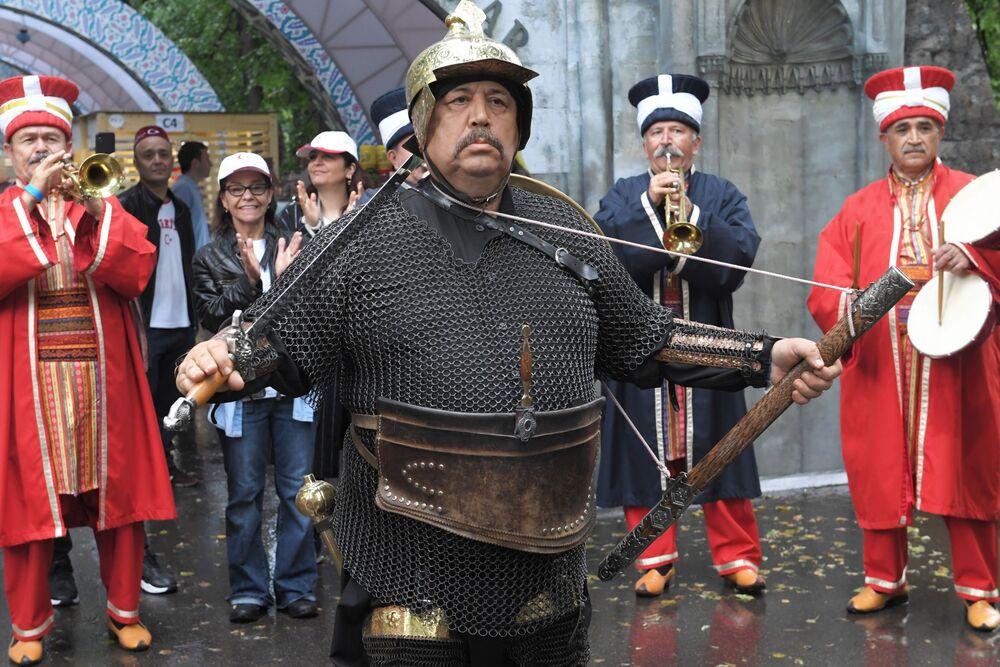 Mehter Takımı'nın gösterisi, Moskova'daki Türkiye Festivali ziyaretçilerinin yoğun ilgisini çekiyor.