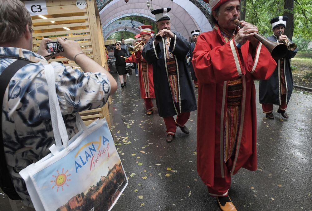 Türkiye'nin simgesi haline gelen Mehter Takımı,  Moskova'daki Türkiye Festivali'nde.