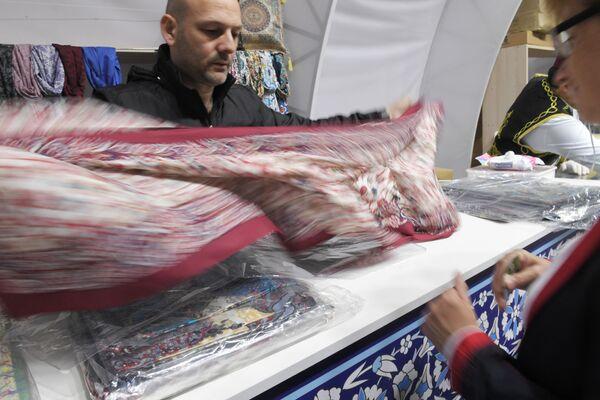 Ayrıca ziyaretçiler için Türk tatlıları, el yapımı seramik ürünler, orijinal kaplar, tekstil ve diğer ürünleri satın alabilecekleri Kapalıçarşı organize edildi. - Sputnik Türkiye
