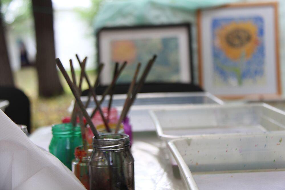 Ebru sanatı, cam üfleme, seramik üzerine resim gibi ustalık dersleri organize ediliyor.