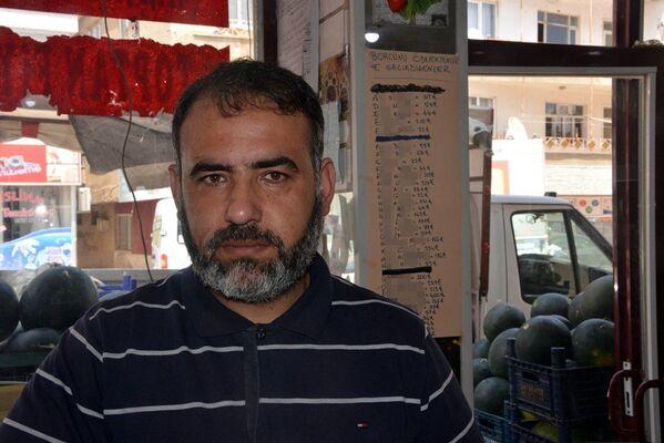 Kahramanmaraş'ın Afşin ilçesinde manav Ahmet Özdemir, borcunu ödemeyen müşterilerinin isimlerini borçlarıyla birlikte bir liste yapıp herkesin görebileceği şekilde iş yerinin duvarına astı. - Sputnik Türkiye