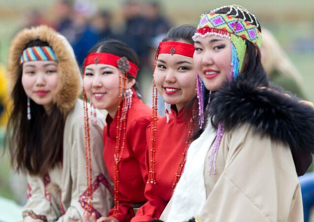 Festival katılımcıları, giydikleri ulusal kıyafetlerle etkinliğe renk kattı.