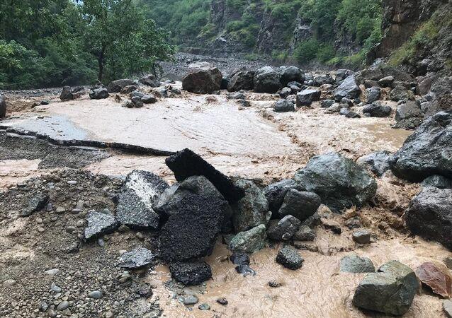 Trabzon'da meydana gelen sel ve HES borusu patlaması sonucunda 6 kişi hayatını kaybetti. Kaybolan 4 kişiyi arama çalışmaları devam ediyor.