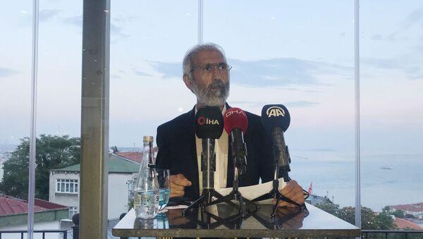 Doç. Dr. Ali Kemal Özcan, Abdullah Öcalan ile yaptığı görüşmeye ilişkin basın açıklaması düzenleyerek Abdullah Öcalan'a ait olduğu söylenen mektubu okudu. - Sputnik Türkiye