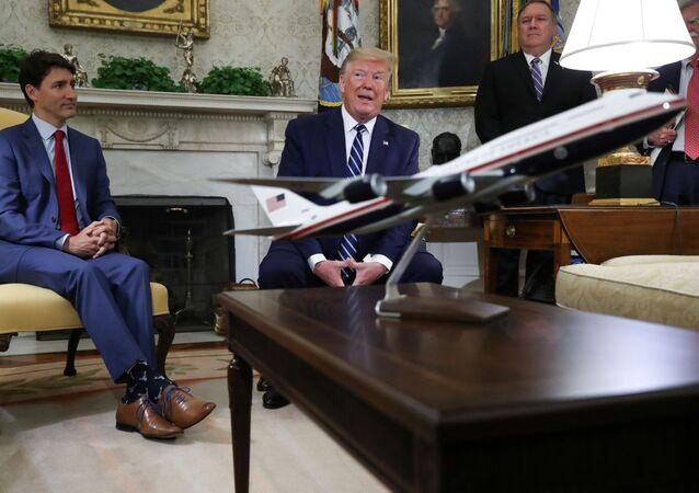 ABD Başkanı Donald Trump, Kanada Başbakanı Justin Trudeau ile Oval Ofis'te gazetecilerin sorularını yanıtlarken yeni Air Force One modelinden söz etti.