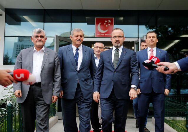 AK Parti Grup Başkanvekili Bülent Turan (sağ 2) ve Genel Sekreter Fatih Şahin (sağda), Saadet Partisi Genel Merkezinde Genel Başkan Yardımcısı Lütfi Yalman (sol 2) ve Genel Sekreter Tacettin Çetinkaya (solda) ile bir araya geldi. Görüşmenin ardından her iki partinin yetkilileri, basın mensuplarına açıklamalarda bulundu.