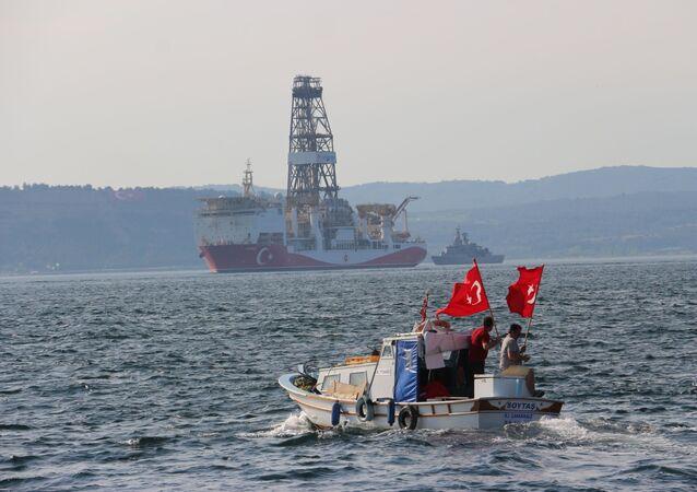 Doğu Akdeniz'de petrol ve doğal gaz arama faaliyetlerine başlamak için Kocaeli'nden yola çıkan Yavuz sondaj gemisi Çanakkale Boğazı'ndan geçti.