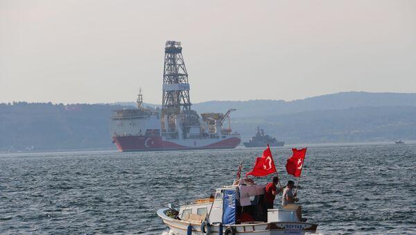 Doğu Akdeniz'de petrol ve doğal gaz arama faaliyetlerine başlamak için Kocaeli'nden yola çıkan Yavuz sondaj gemisi Çanakkale Boğazı'ndan geçti.  - Sputnik Türkiye