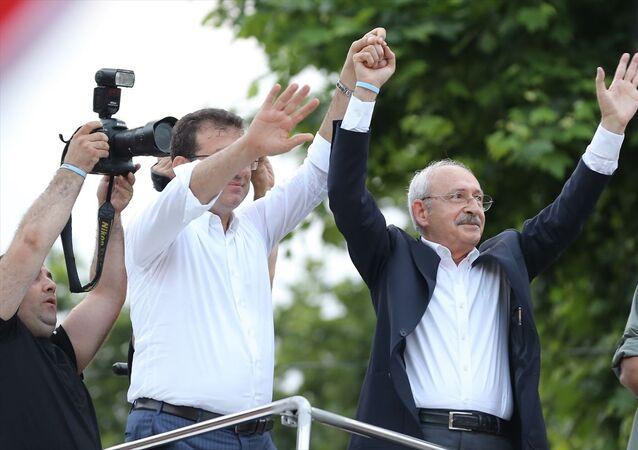 CHP Genel Başkanı Kemal Kılıçdaroğlu (sağda) ile CHP İstanbul Büyükşehir Belediye Başkan Adayı Ekrem İmamoğlu (solda), Eyüpsultan'da gerçekleştirilen mitingde vatandaşlara hitap etti.