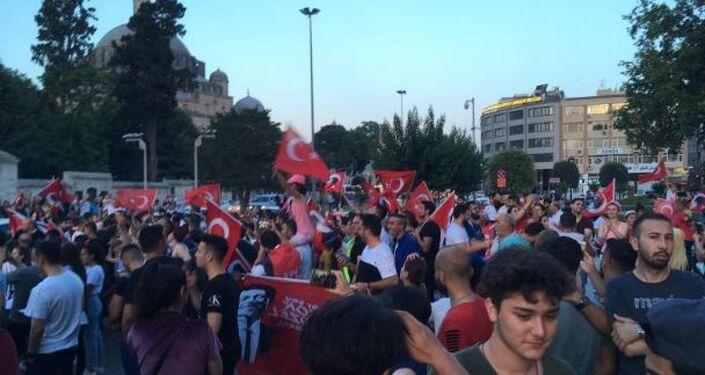 İstanbul Büyükşehir Belediyesi (İBB) önünde Ekrem İmamoğlu kutlamaları
