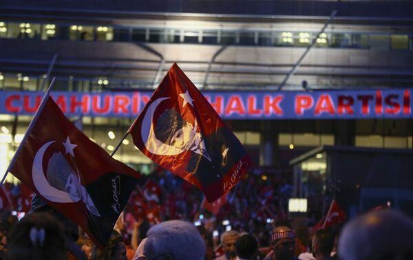 CHP'liler parti genel merkezine gelerek kutlama yaptı. - Sputnik Türkiye