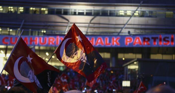 CHP'liler parti genel merkezine gelerek kutlama yaptı.