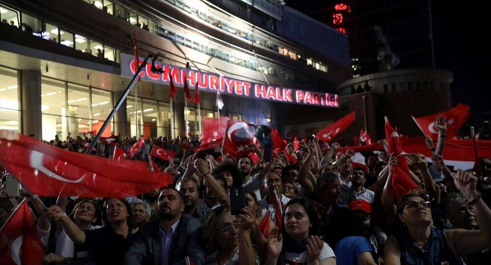 23 Haziran İstanbul Büyükşehir Belediye Başkanlığı Yenileme Seçimi'nde sonuçların açıklanmaya başlamasıyla birlikte, CHP'liler parti genel merkezine gelerek kutlama yaptı.