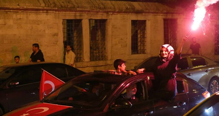 Resmi olmayan sonuçlara göre, İstanbul Büyükşehir Belediye Başkanlığını CHP Adayı Ekrem İmamoğlu'nun kazanmasının ardından bazı vatandaşlar kutlama yaptı.