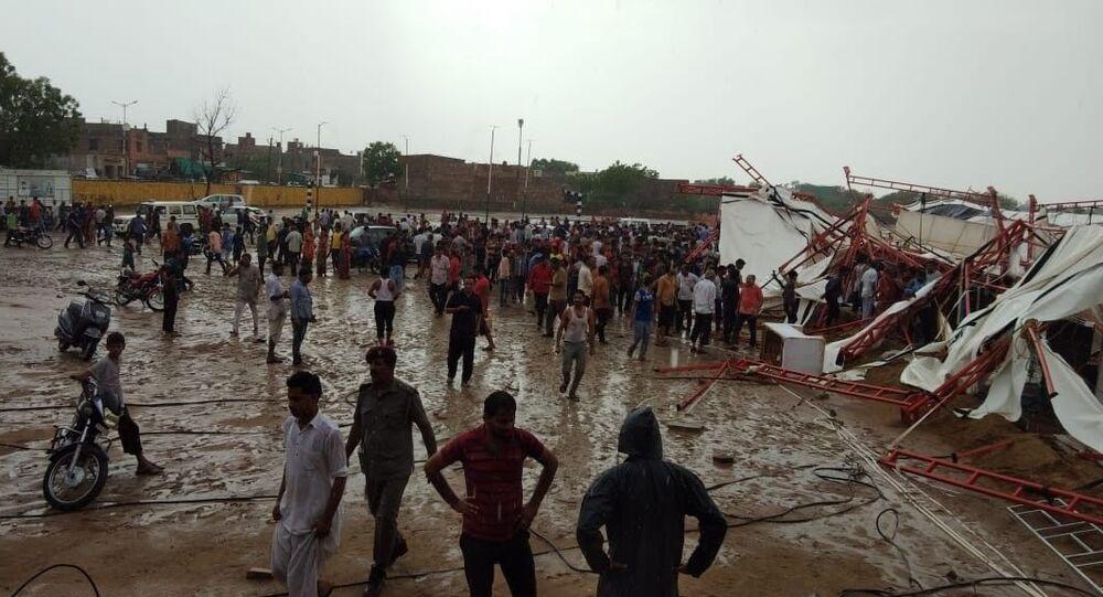 Hindistan'da dini etkinlikte çadır çöktü