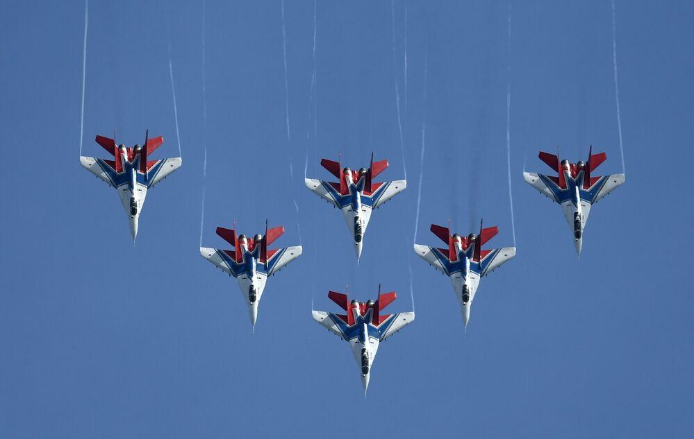 Rusya'nın Moskova bölgesinde düzenlenen 'ARMY-2019  Askeri Teknik Forumu'nun açılış töreni kapsamında gösteri uçuşunu yapan Strizhi hava akrobasi timi.