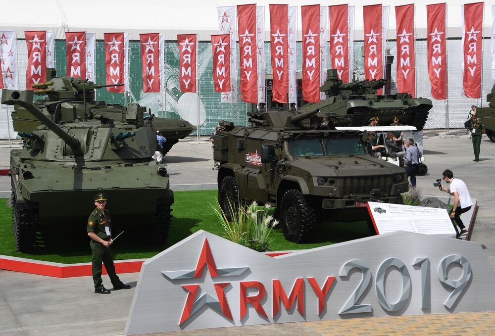ARMY-2019 Forumu'nda görücüye çıkarılan 120 mm'lik kendinden tahrikli topçu 2S42 Lotos ve Tigr-M zırhlı aracının temelinde geliştirilen kendinden tahrikli öbüs Drok.