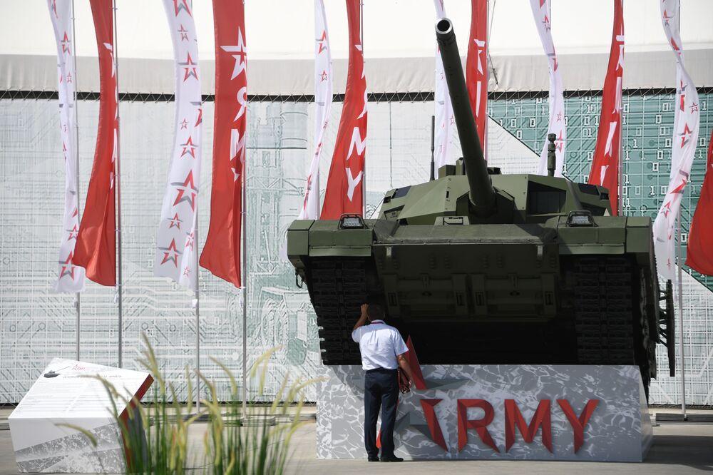 'ARMY-2019  Uluslararası Askeri Teknik Forumu'nda sergilenen T-14 Armata tankı.