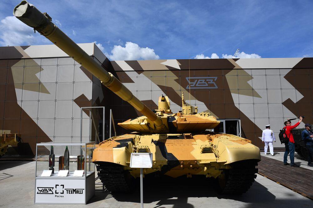 'ARMY-2019 Forumu'nda sergilenen T-90MS tankı.