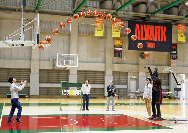 Toyota'nın, yüzde 100 sayı isabetiyle oynayan yapay zeka robot basketbolcusu CUE3, NBA oyuncularını bile kıskandıran bir performans sergiliyor.