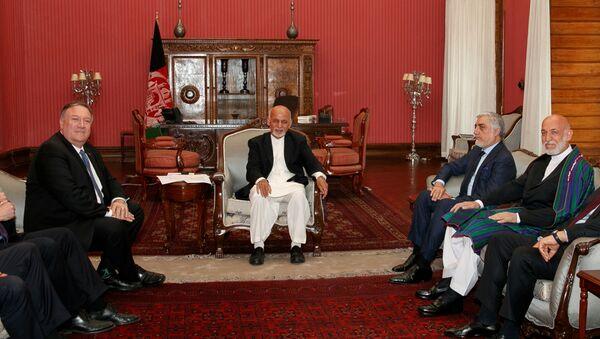 ABD Dışişleri Bakanı Mike Pompeo, Kabil'de Afganistan Cumhurbaşkanı Eşref Gani, Başbakan Abdullah Abdullah ve eski Cumhurbaşkanı Hamid Karzai ile birlikte - Sputnik Türkiye