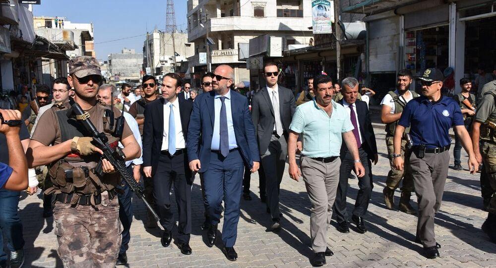 Ticaret Bakan Yardımcısı Rıza Tuna Turagay (ortada), Kilis'in karşısında Suriye topraklarında yer alan Azez ilçesini ziyaret ederek incelemelerde bulundu.