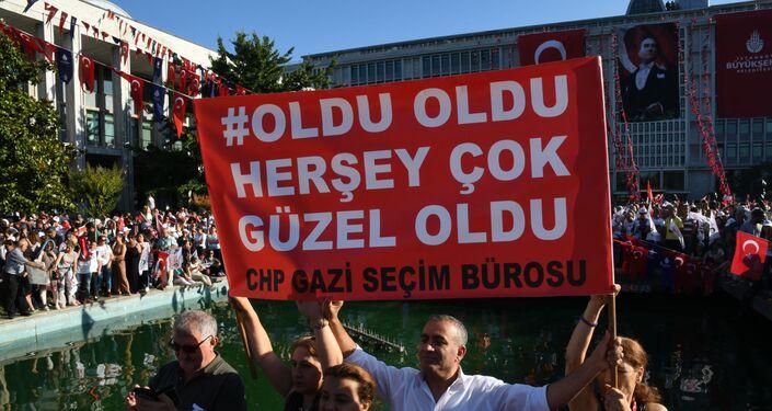 Belediye Başkanlığı binasının önünde İmamoğlu'nu dinleyen vatandaşlar