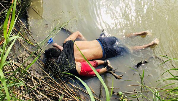 El Salvador'dan ABD sınırında ölen baba ve kızın ailesine yardım sözü - Sputnik Türkiye