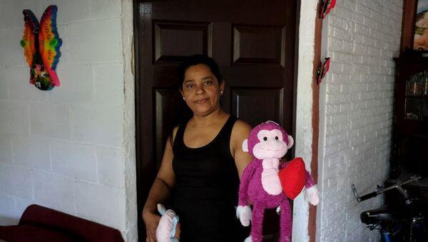 Meksika ile ABD'yi ayıran Rio Bravo nehri üzerinden ABD'ye geçerken yaşamını yitiren El Salvadorlu Oscar Alberto Martinez Ramirez ve 23 aylık kızı Valeria'nın babaannesi Rosa Ramirez, - Sputnik Türkiye